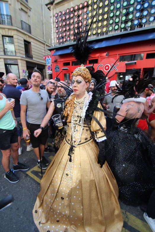 Paris gay pride 2015 god save the queen of le marais - Magasin deco paris marais ...