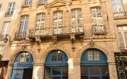 fa7a540e187fb The building located at 82 rue François Miron was built in 1706 for Hénault  de Cantobre