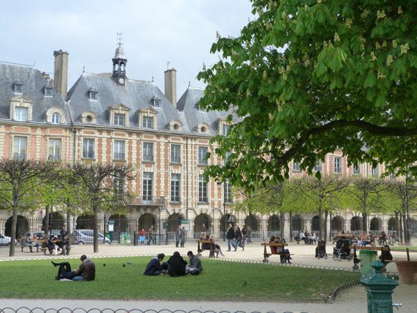 Place des Vosges, le marais most popular garden build in 1612
