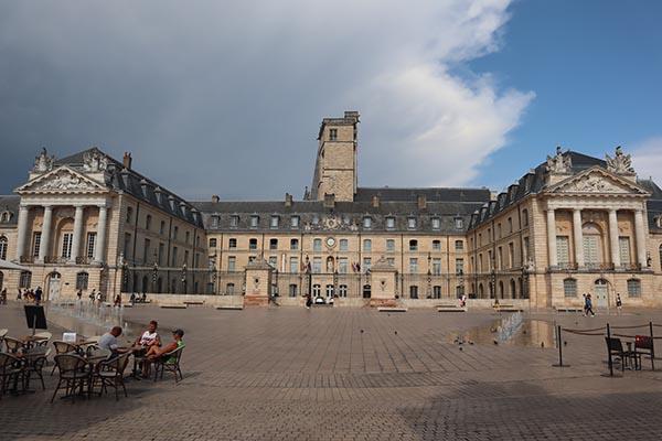 Place de la Libération, Palais des Ducs de Bourgogne, façade Louis XIV.