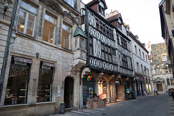 Rue du Bourg, maisons médiévales.