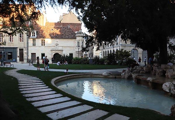 Place des Ducs de Bourgogne, côté médieval de l'ancien Palais et son jardin
