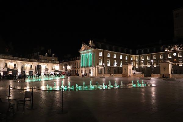 Le Palais des ducs de Bourgogne, et ses cafés animés