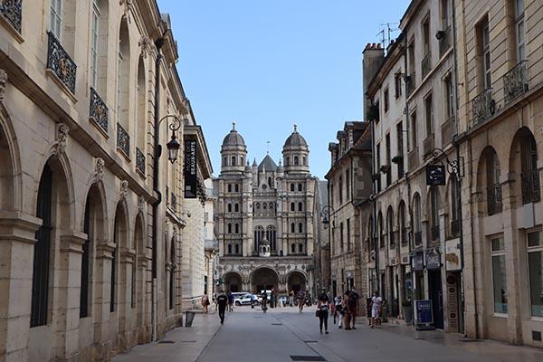 Eglise Saint Michel et rue de la Liberté