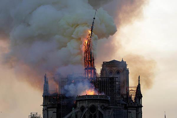 Notre-Dame de Paris la flêche s'écroule
