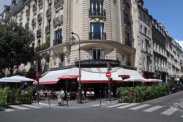 Rue de Bretagne, la terrasse du Café Charlot