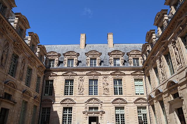 L'Hôtel de Sully rue St Antoine