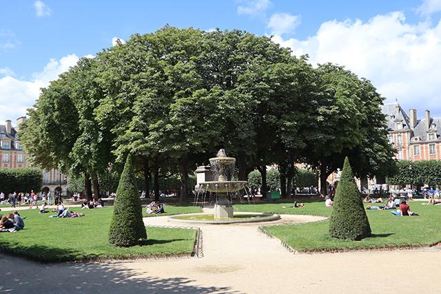 Les pelouses et fontaines de la Place des Vosges