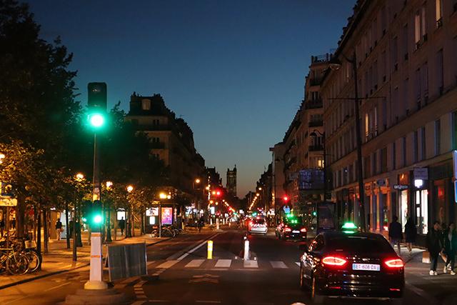 La rue de Rivoli la nuit, réservée désormais aux vélos, aux taxis et aux résidents du centre historique.