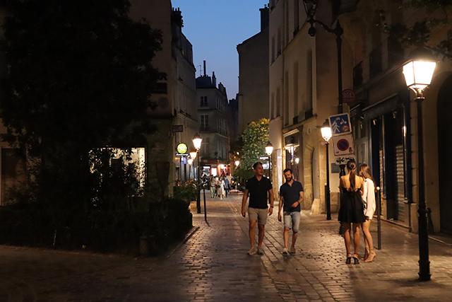 La rue des Rosiers piétonne et son ambiance romantique